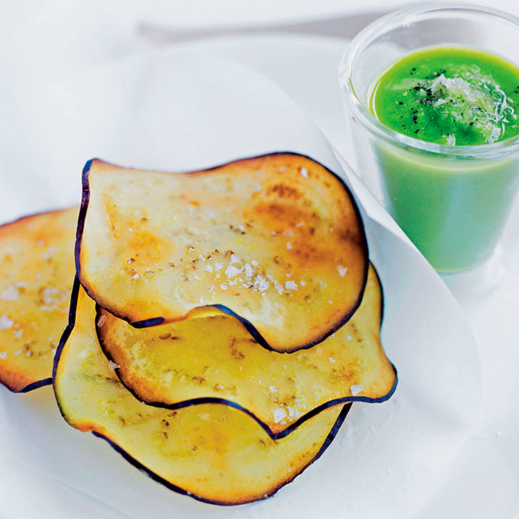 Chips de berenjena con salsa verde