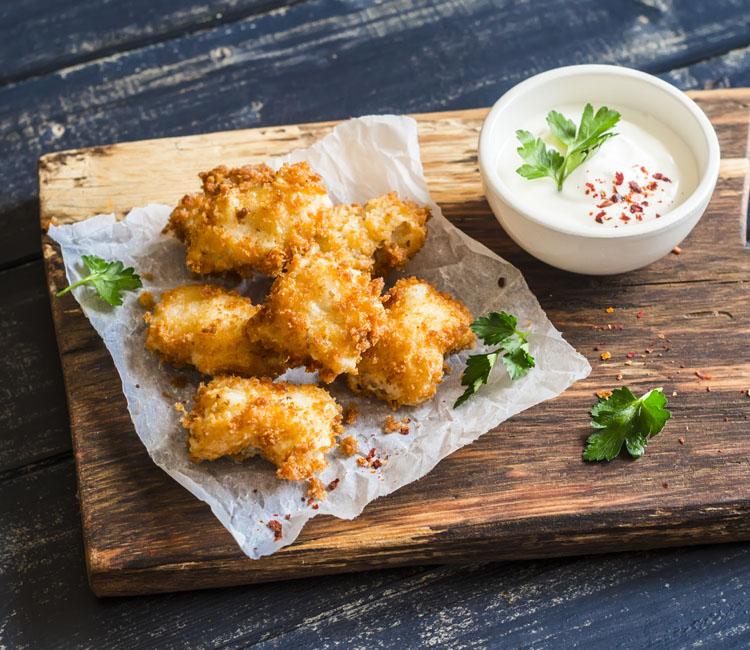 Nuggets de pescado con mayonesa al ajo