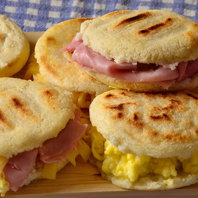 Arepas rellenas de huevos revueltos, jamón y queso