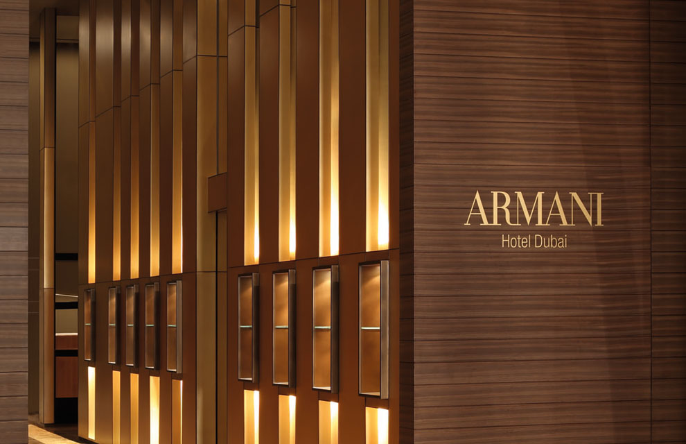 Todo el estilo de armani en un hotel en dubai for Paredes forradas de madera
