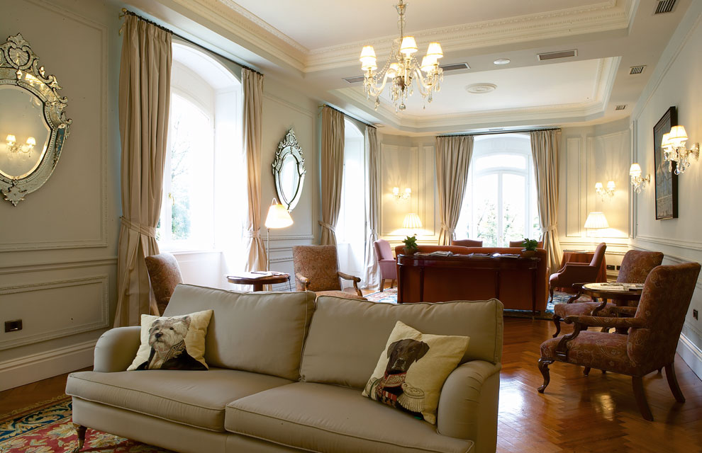 Hotel villa soro buen gusto donostiarra - Decoracion de salones rusticos con chimenea ...