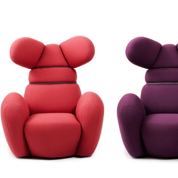 Cómodamente sentado, en un sillón orejero