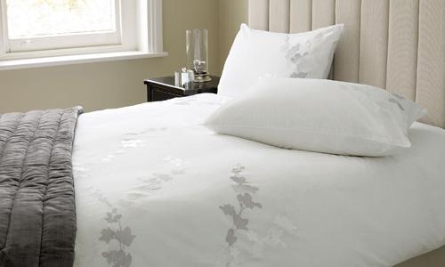 Ropa de cama de tonos suaves - Colcha blanca zara home ...