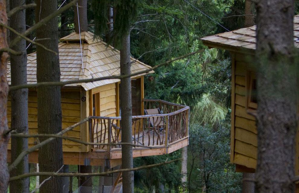 Esto s son castillos en el aire for Hotel con casas colgadas de los arboles
