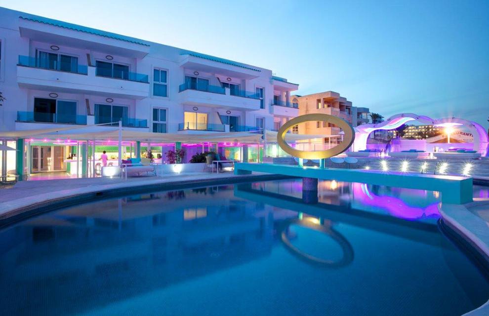 El turquesa y la luz del mediterr neo inundan el hotel santos for Hotel de diseno mallorca