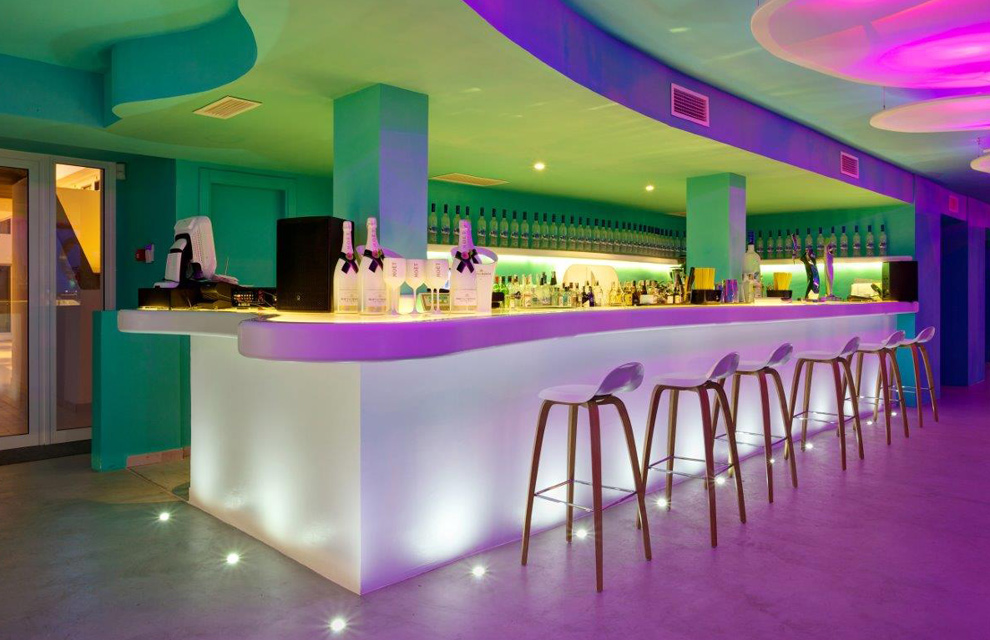 El turquesa y la luz del mediterr neo inundan el hotel santos - Decoracion de interiores de bares ...