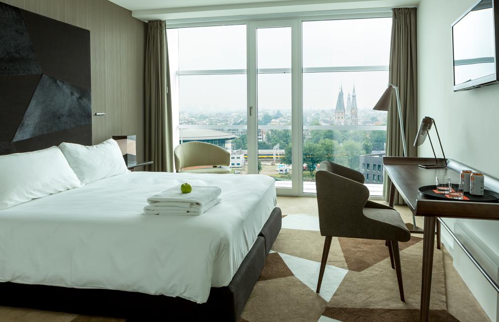 Dos hoteles para los amantes de la arquitectura y el for Hoteles con habitaciones familiares en benidorm