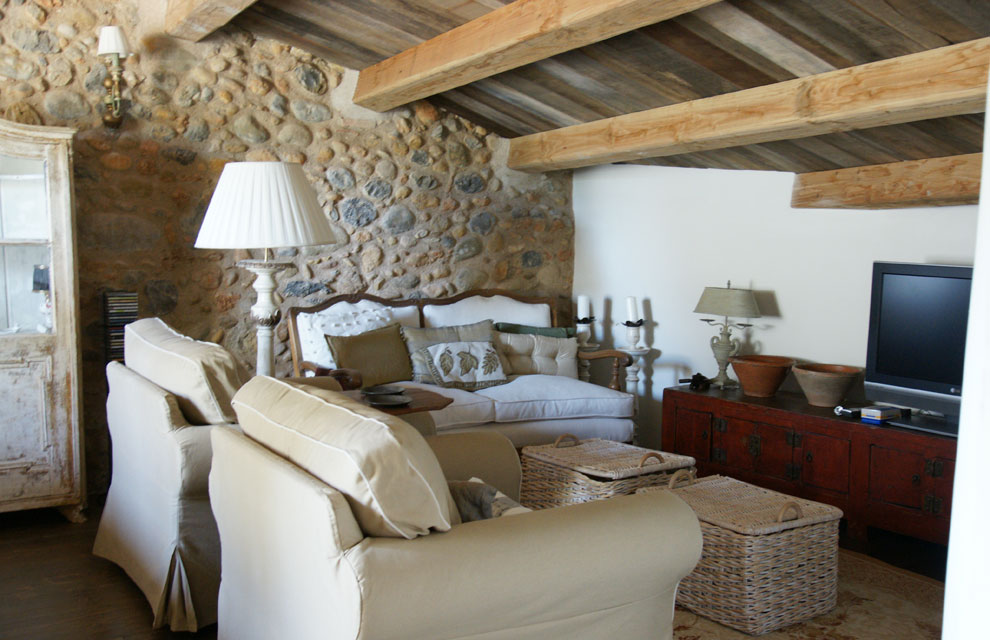 una de las zonas ms acogedoras de la casa es el saln de invierno uen la imagenu para su ubicacin se eligi un rincn de techos bajos y vigas de madera