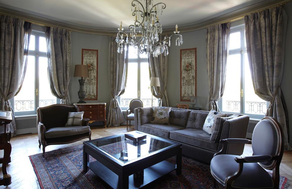 Lujo y mucho estilo en un gran apartamento de par s for Decoracion de salas clasicas elegantes