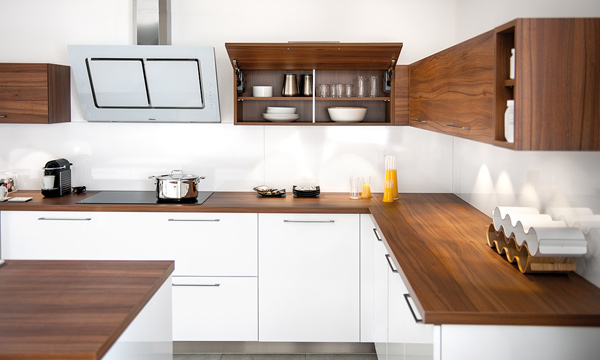 el dominio del color en la cocina parece que est llegando a su fin a favor de cocinas blancas combinadas con encimeras o muebles en color madera