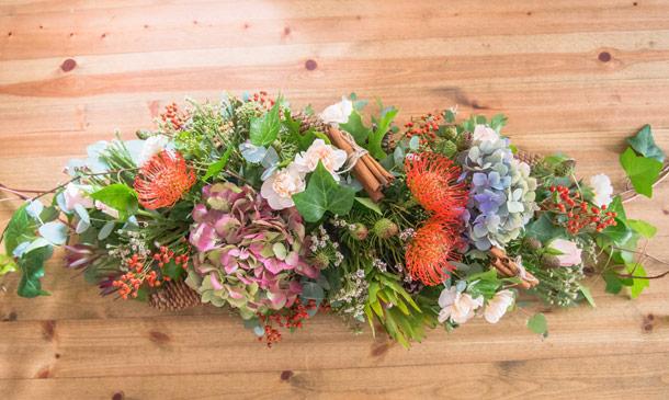 Monta un centro de flores y frutas de otoño para adornar tu mesa