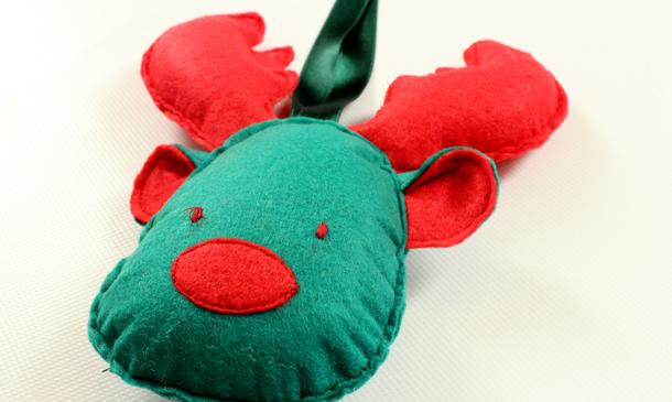 Confecciona un divertido reno para colgar en el árbol de Navidad