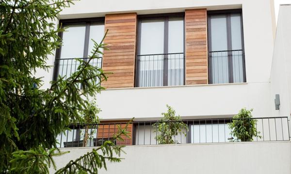 Una vivienda entre medianeras acogedora y llena de luz for Fachadas de casas modernas entre medianeras