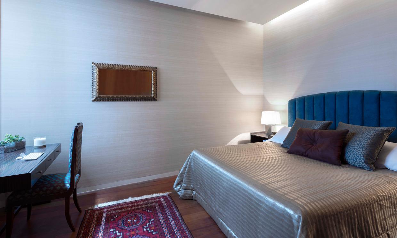 Aire de palacete nobiliario en un c ntrico piso de for Dormitorio anos 70