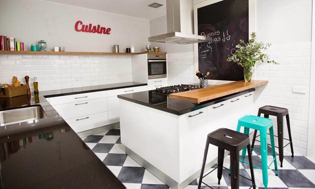 un amplio piso en el centro de barcelona con buen gusto y un toque de color
