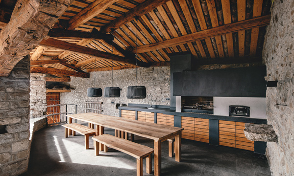 Fusión de estilos: diseño rural y contemporáneo en una casa ubicada ...