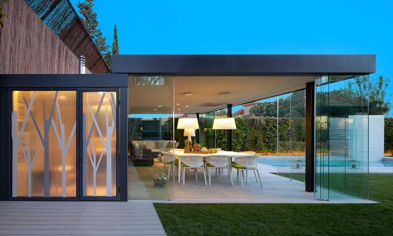 Una casa que cobra vida y gana metros gracias a su pabellón exterior