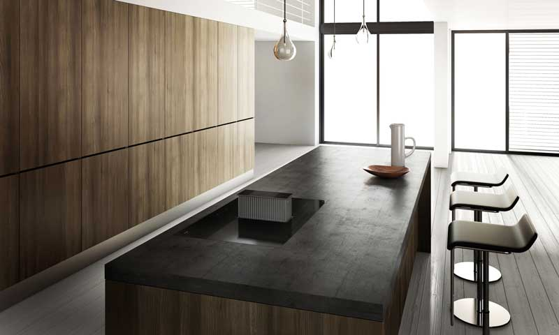el minimalismo se apodera de esta cocina muebles sin tiradores lneas rectas encimera negra absoluta y una campana one de novy que aparece slo cuando - Encimeras De Cocina Aglomerado
