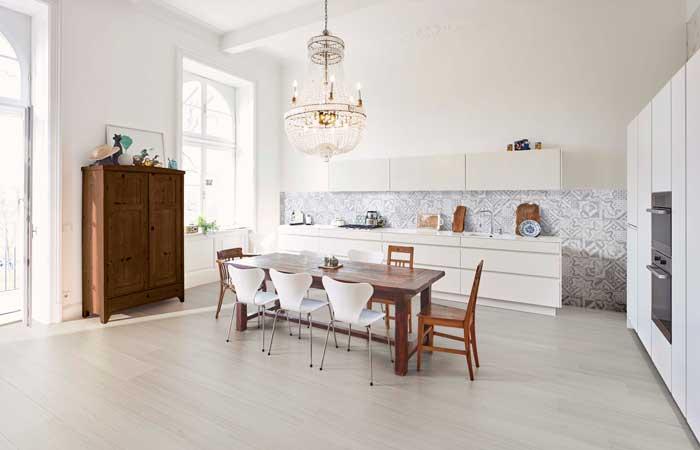 lo natural y el aire industrial son las dos tendencias que definen los nuevos suelos para la casa bellos y funcionales dotan a los espacios de