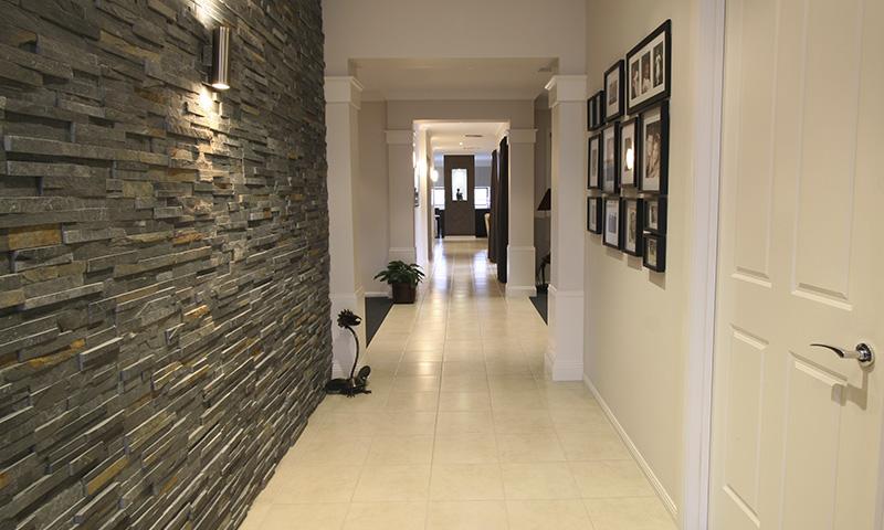 Trucos decorativos para que el pasillo de tu casa parezca más ancho