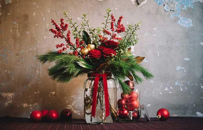 Decoración navideña con plantas y flores
