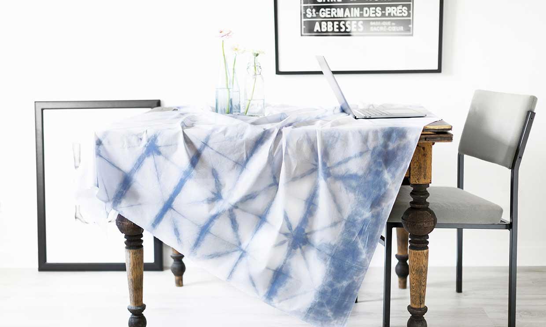 Lánzate al 'tie-dye' y da una nueva vida a tu mantelería blanca