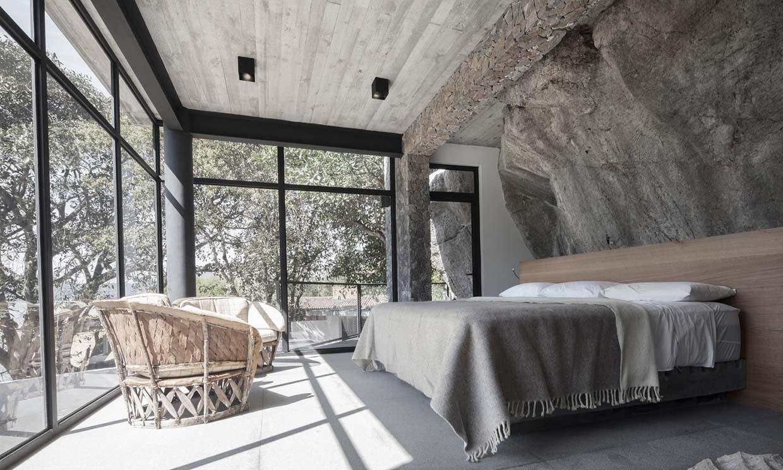 Una casa excavada en la roca (y a la medida del entorno)
