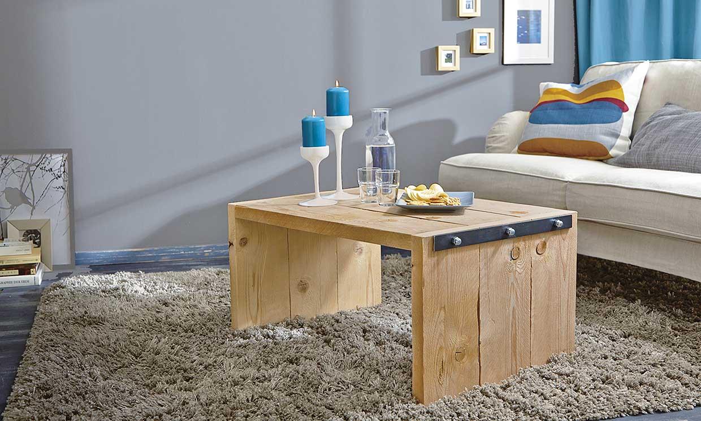 Una mesa baja de salón estilo industrial
