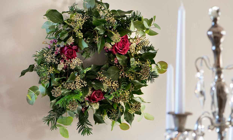 Preciosos adornos florales para la mesa de Navidad hechos por ti