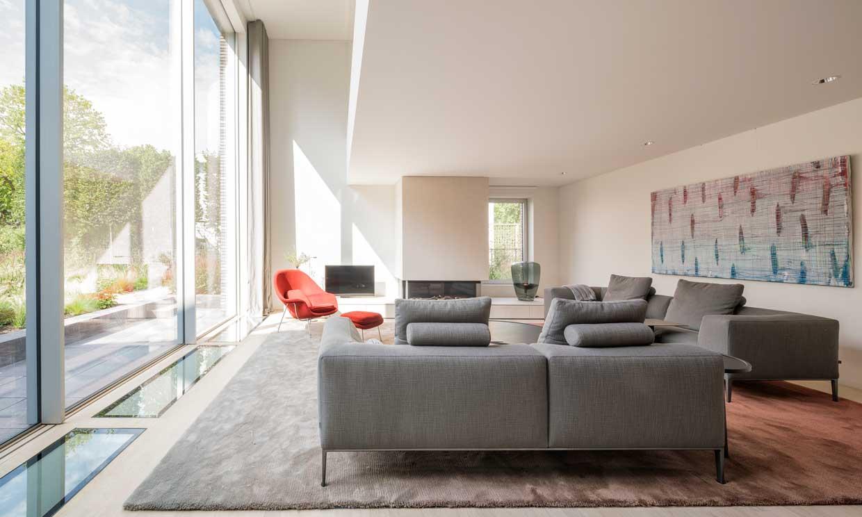 En esta casa de estilo neomodernista el jardín se convierte en otra estancia más