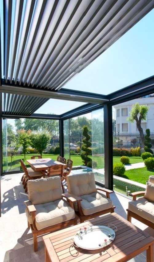 Pérgola bioclimática con paneles de vidrio y lamas correderas