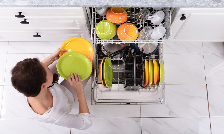 Trucos para limpiar el lavavajillas y evitar los malos olores en tu cocina