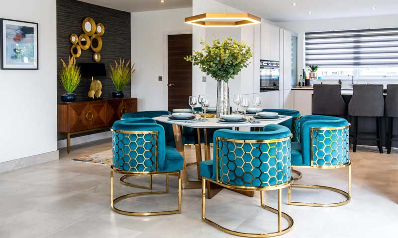 Comedor de estilo clásico con sillas doradas con tapicería azul