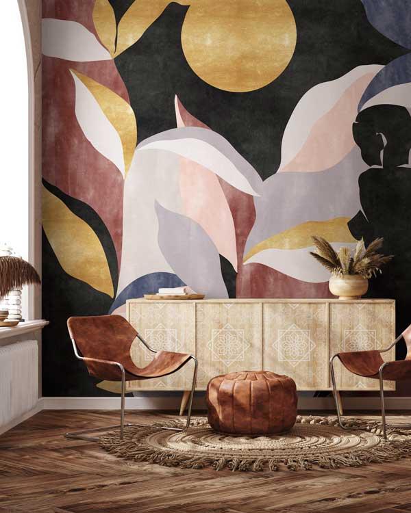 Rincón del salón con un original mural de papel pintado en la pared