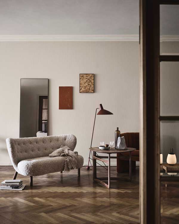 Rincón con sofá de lana rizada, mesita auxiliar y lámpara de pie