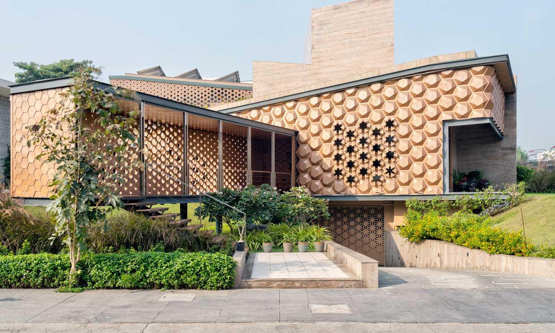 Entre el arte y la ingeniería: una casa sostenible de fachada cinética