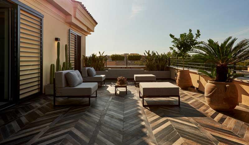 Terraza ático de estilo moderno con fuente