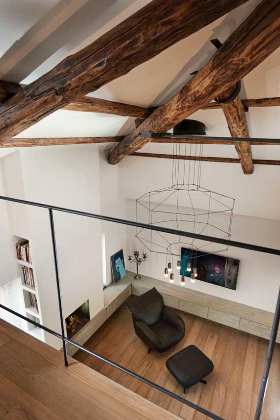 Vista desde el altillo con techo con vigas de madera