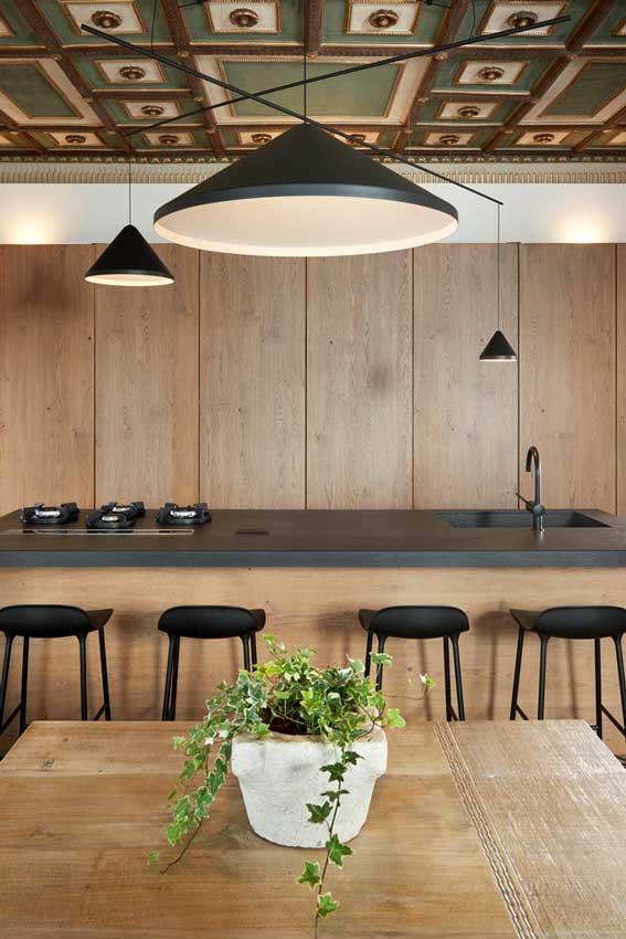 Cocina abierta con muebles en madera e isla central