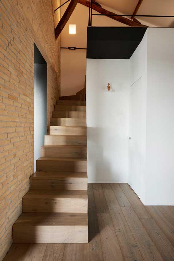 Escalera de acceso al altillo