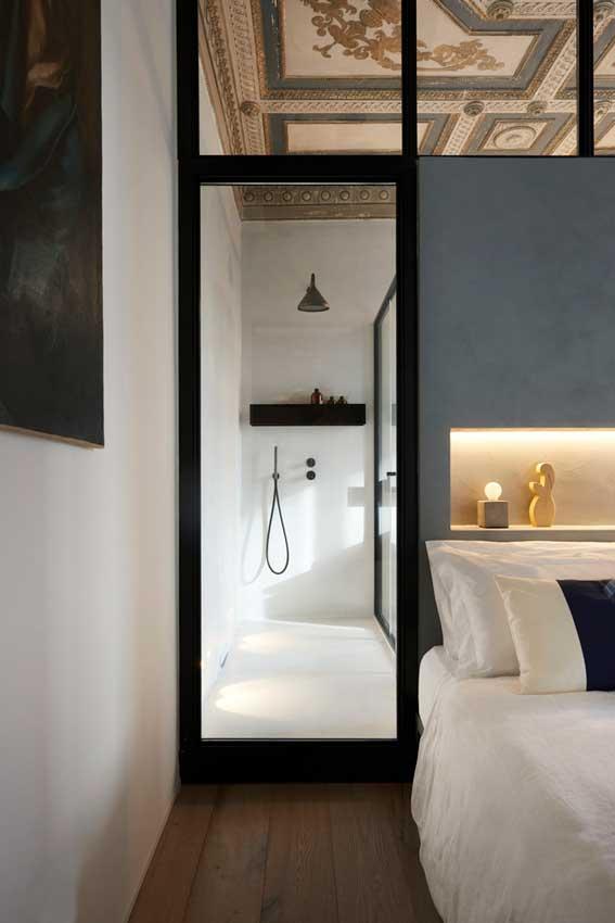 Zona de la ducha acristalada y vista desde el dormitorio