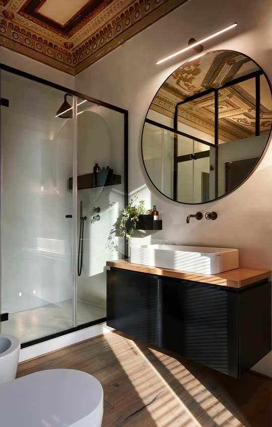 Baño con mueble suspendido en madera y negro