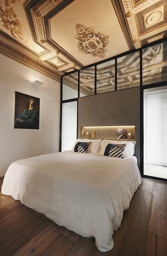 Dormitorio en suite de estilo moderno con techo clásico