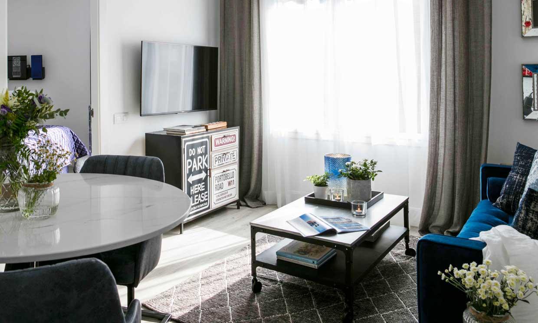 Un apartamento urbano de aire industrial con un toque muy 'glam'