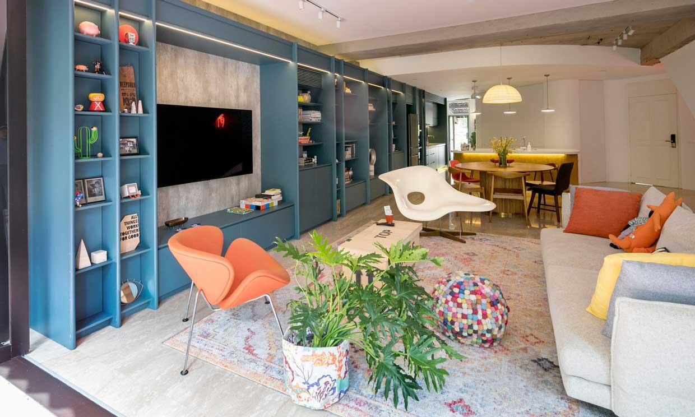 Un apartamento dúplex con colores vibrantes