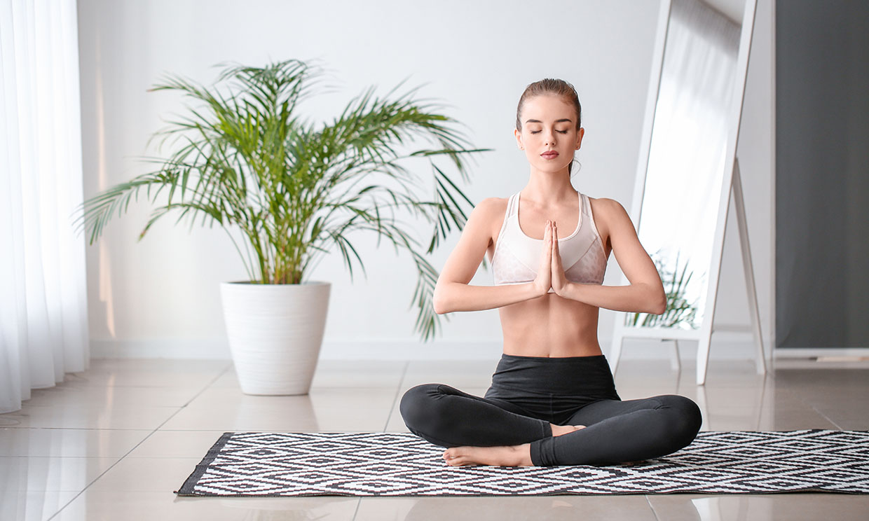 Practicar yoga en casa: cómo crear el espacio perfecto