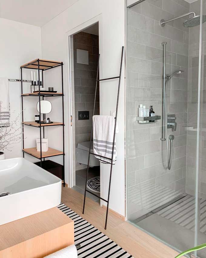 Baño de estilo nórdico con zona de ducha
