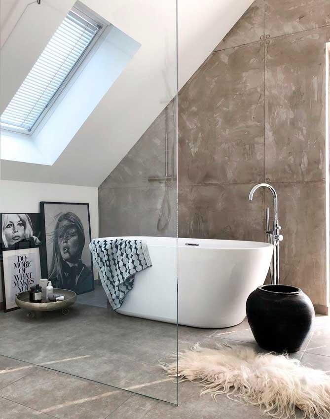 Baño con bañera exenta de líneas modernas