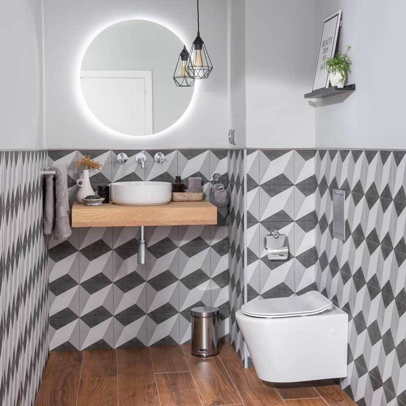 Baño de estilo escandinavo con zócalo de azulejo en la pared