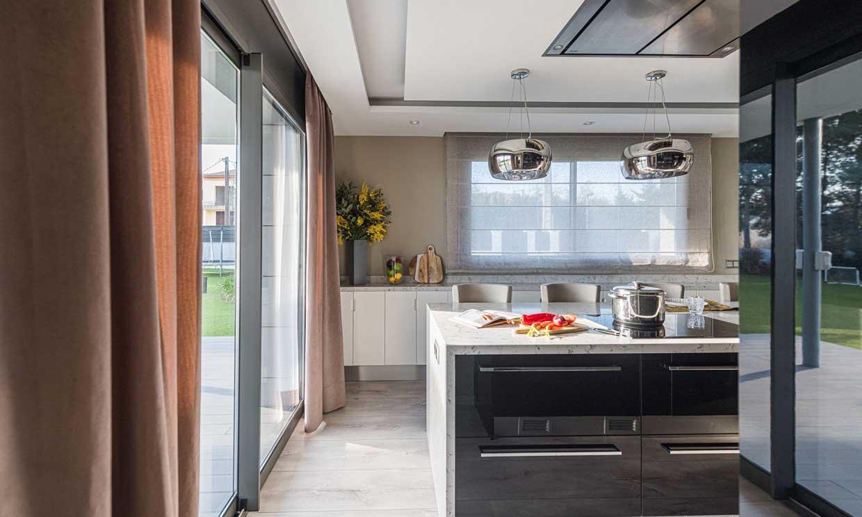 Las lámparas colgantes son (y cada vez más) para iluminar la cocina